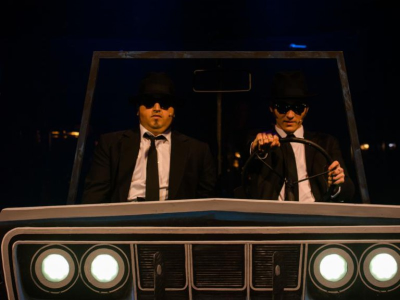 Leonard Linzer (Jake Blues), Tim Morsbach (Elwood Blues), Louisa Heiser  in 'Blues Brothers - im Auftrag des Herrn!' (Wiesbaden)  © Christine Tritschler