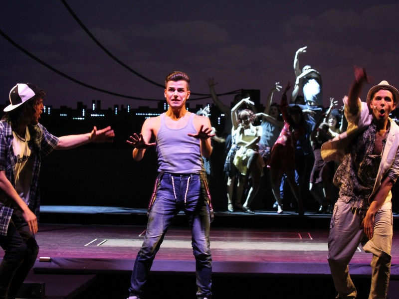 Lennart Christan (Graffiti Pete), Aniello Saggiomo (Sonny), Felix Freund, Ensemble  in 'In den Heights von New York' (Hagen)  © Klaus Lefebvre