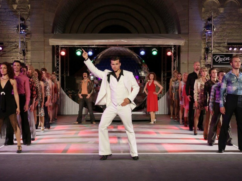 Lucas Baier (Tony Manero), Ensemble  in 'Saturday Night Fever' (Bad Gandersheim)  © Hillebrecht /Die Fotomaus
