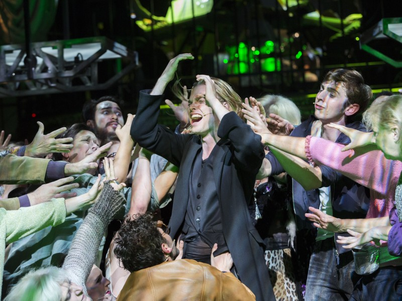 Oedo Kuipers (Jesus) mit Ensemble  in 'Jesus Christ Superstar' (Oldenburg)  © Stephan Walzl