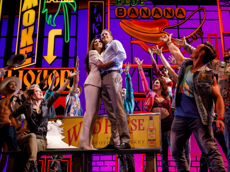 Vivian (Patricia Meeden), Edward (Mark Seibert) & Ensemble  in 'Pretty Woman - Das Musical' (Hamburg)  © Stage Entertainment