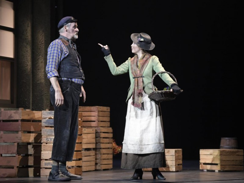 Dirk Audehm (Alfred P. Doolittle),  Theresa Christahl (Eliza Doolittle)   in 'My Fair Lady' (Bielefeld)  © Bettina Stöß
