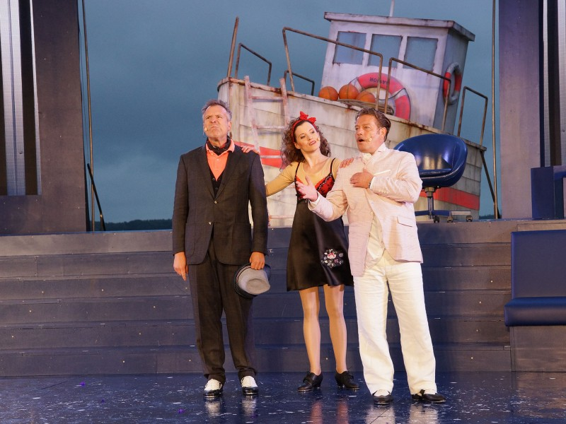 Christian Kämpfer (Sir Andrew Bleichenwang), Jennifer Böhm (Maria), Zacharias Preen (Sir Toby Rülps)  in 'Was ihr wollt' (Kiel)  © Olaf Struck