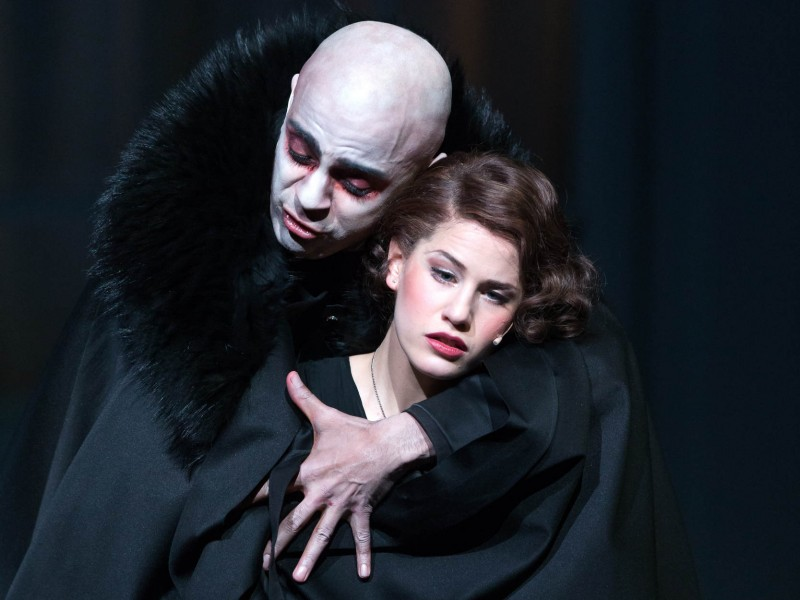 Dracula (Andreas Wolfram) & Mina Murray (Lisa Habermann)  in 'Dracula (Wildhorn)' (Leipzig)  © Tom Schulze