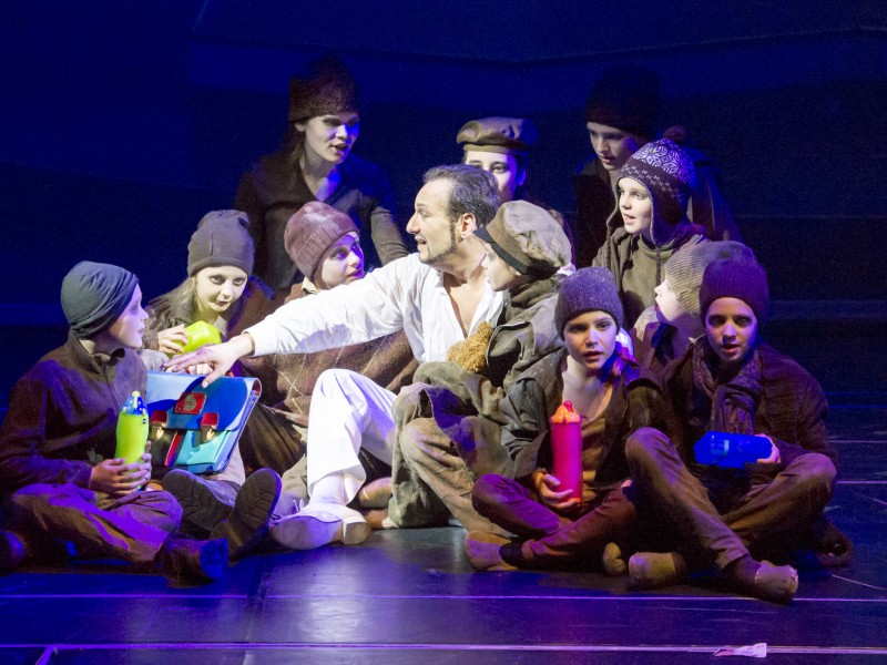 Randy Diamond (Everyman) und Kinderchor  in 'Everyman' (Innsbruck)  © Rupert Larl
