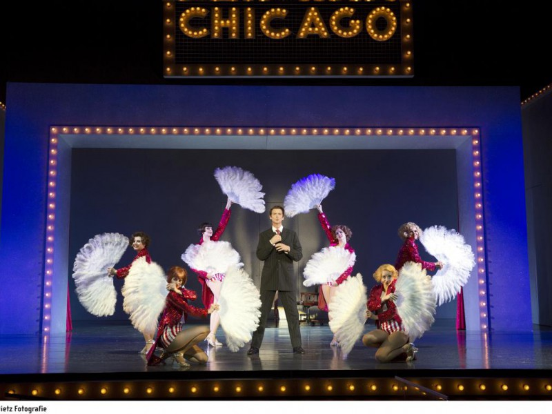 Christian Venzke (Billy Flynn), Ensemble  in 'Chicago'  © H. Dietz Fotografie, Hof