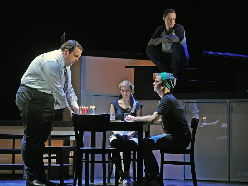 Alexander Prosek, Caroline Zins, Tim Müller, hinten: Jonas Hein  in 'Fast normal (Next to Normal)' (Hildesheim)  © Andreas Hartmann