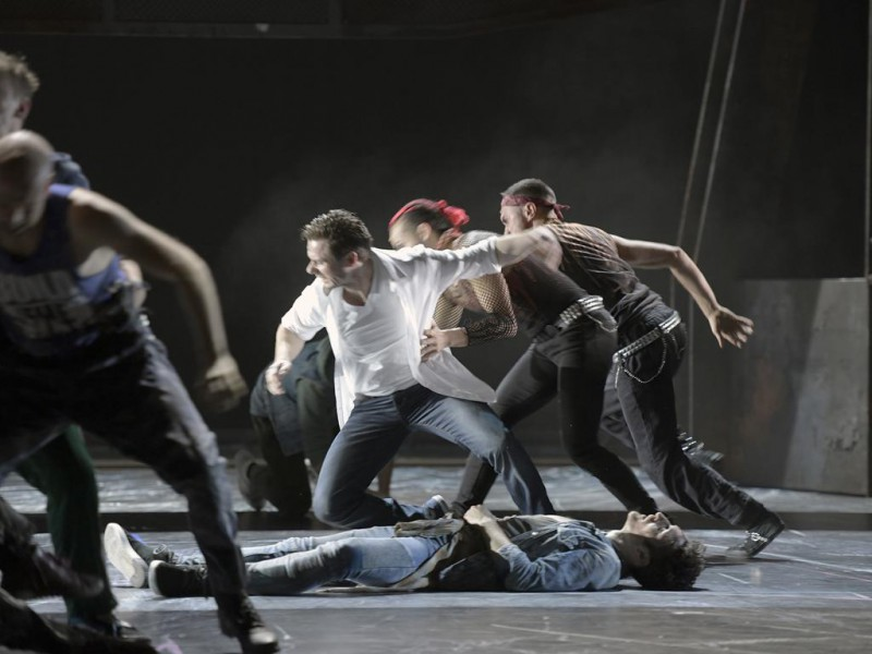 Hans Kittelmann (Tony), Ensemble  in 'West Side Story' (Nürnberg)  © Bettina Stöß, Staatstheater Nürnberg