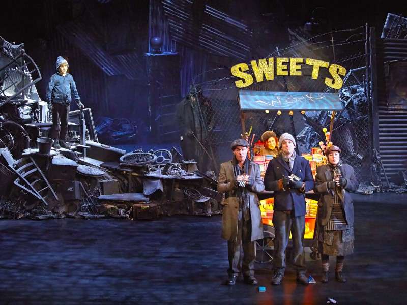 Jack Costello (Charlie) and members of the cast  in 'Charlie and the Chocolate Factory' (London)  © Brinkhoff/Mögenburg