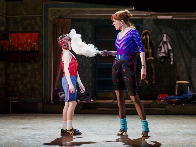 Haydn May (Billy Elliot), Annette McLauglin (Mrs Wilkinson)  in 'Billy Elliot' (Hamburg)  © Alastair Muir