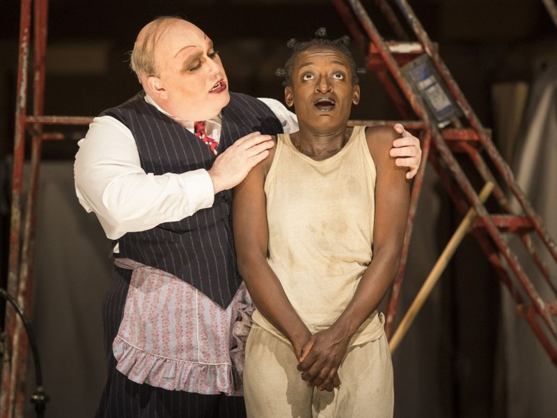 l-r: Nick Holder (Mr Peachum), Sarah Amankwah (Filch)  in 'The Threepenny Opera' (London)  © Richard H. Smith