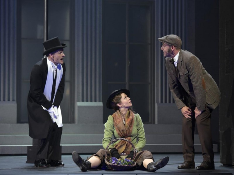 Kai Hufnagel (Oberst Hugh Pickering), Theresa Christahl (Eliza Doolittle), Alexander Franzen (Professor Henry Higgins)  in 'My Fair Lady' (Bielefeld)  © Bettina Stöß
