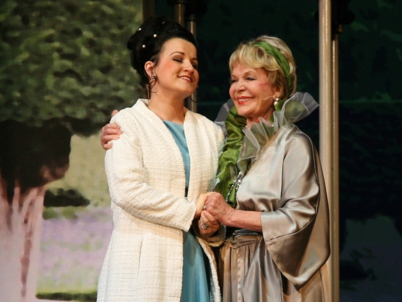 Theresa Grabner (Eliza Doolittle), Renate Holm (Mrs. Higgins)  in 'My fair Lady' (Bad Ischl)  © Foto Hofer, Bad Ischl