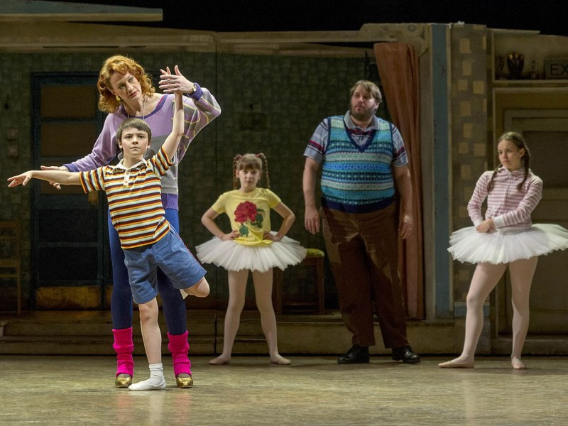 Annette McLaughlin (Mrs Wilkinson), Matthew Lyons (Billy Elliot), Ensemble  in 'Billy Elliot' (Hamburg)  © Alastair Muir