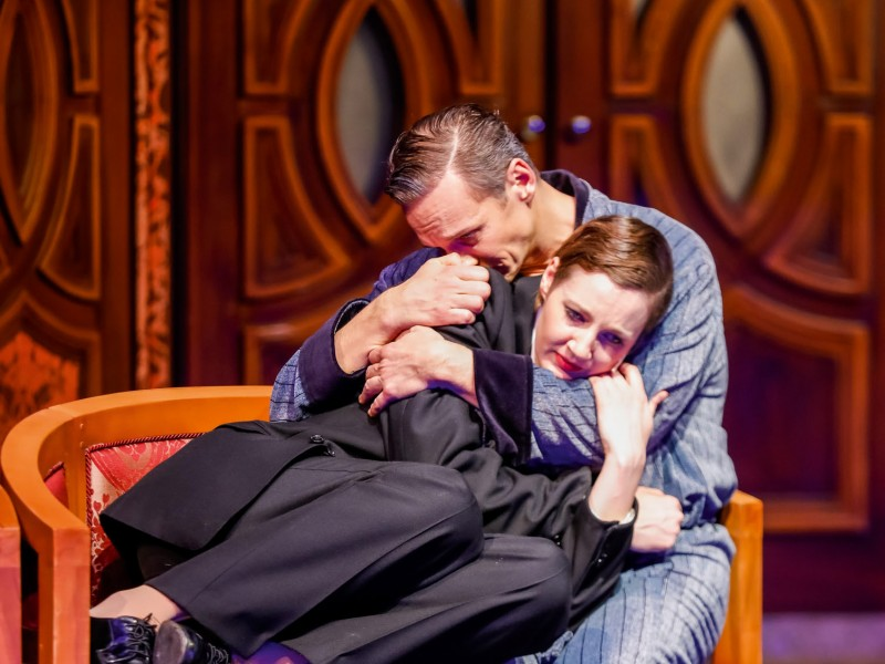 Bettina Mönch (Victor), Martin Niedermair (Toddy)  in 'Victor/Victoria' (Baden)  © www.christian-husar.com