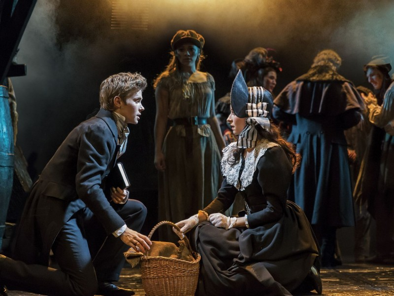 Rob Houchen als Marius, Emilie Fleming als Cosette  in 'Les Misérables' (London)  © Johan Persson