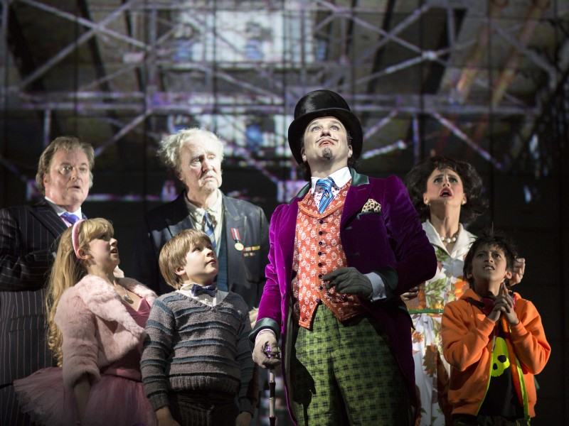Douglas Hodge (Willy Wonka) and members of the Company  in 'Charlie and the Chocolate Factory' (London)  © Helen Maybanks