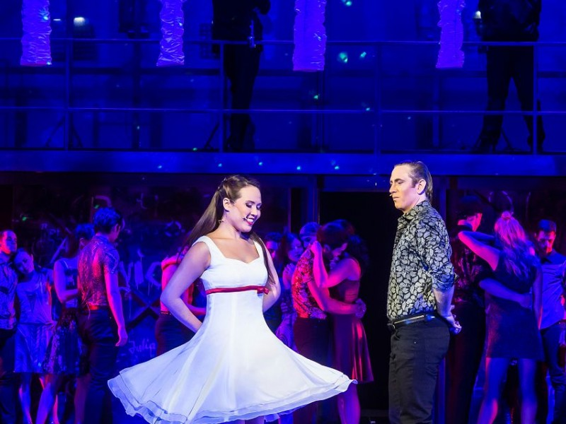 Tina Marie Herbert (Maria), Christopher Hutchinson (Tony), Ensemble  in 'West Side Story' (Flensburg)  © Schleswig-Holsteinisches Landestheater