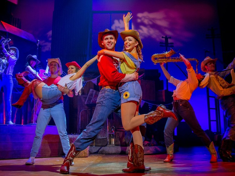 Mitte: Tomas Wolstenholme (Bickle), Laure Sillett (Rusty)  in 'Footloose' (London)  © Matt Martin