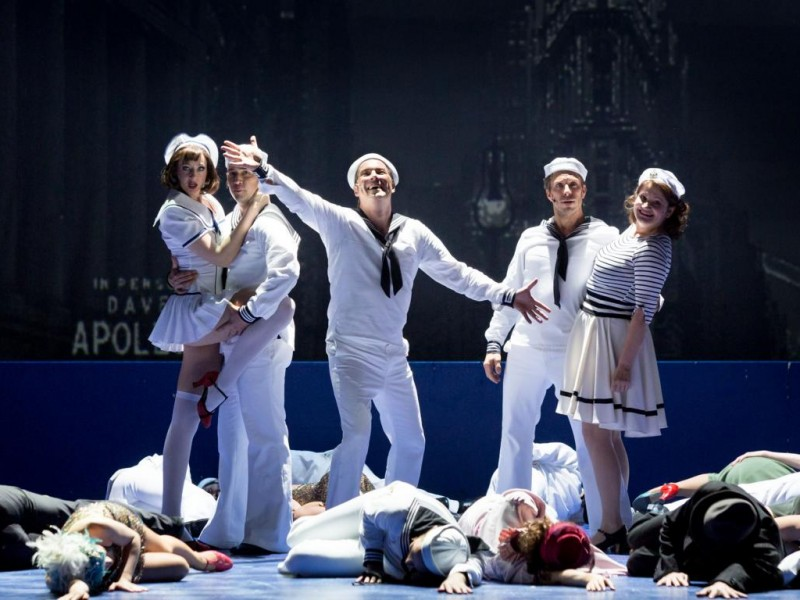 Bettina Mönch (Claire de Loone), Peter Lesiak (Ozzie), Daniel Prohaska (Gabey), Boris Pfeifer (Chip), Sigrid Hauser (Hildy Esterhazy), Ensemble  in 'On the Town' (München)  © Marie-Laure Briane
