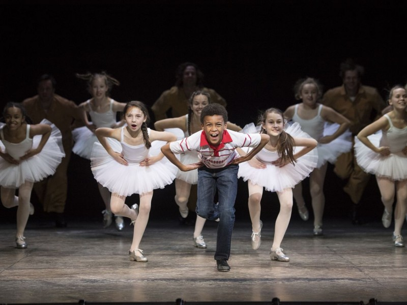 Emile Gooding (Billy Elliot), Ballet Girls  in 'Billy Elliot' (Hamburg)  © Alastair Muir