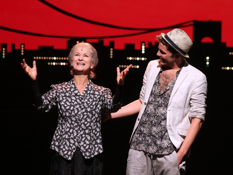 Marilyn Bennett (Abuela Claudia), Felix Freund (Usnavi)  in 'In den Heights von New York' (Hagen)  © Klaus Lefebvre