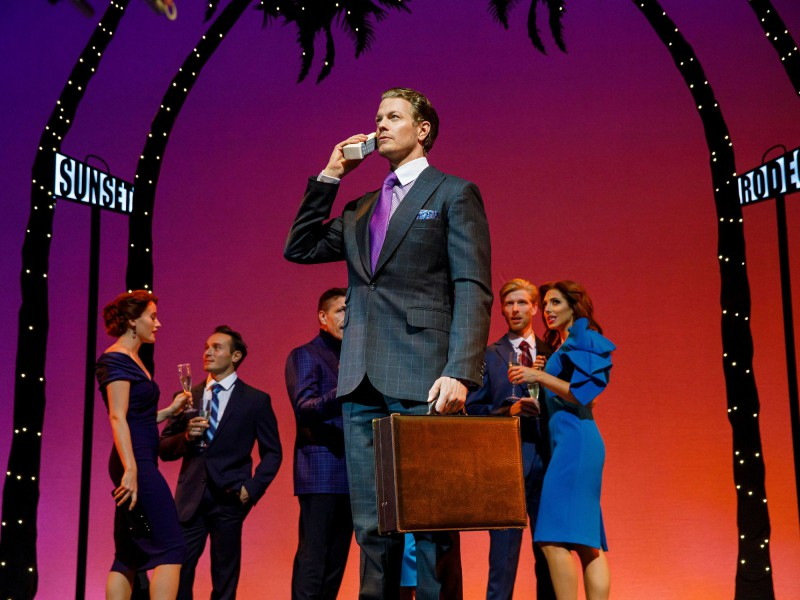 Edward (Mark Seibert) & Ensemble  in 'Pretty Woman - Das Musical' (Hamburg)  © Stage Entertainment
