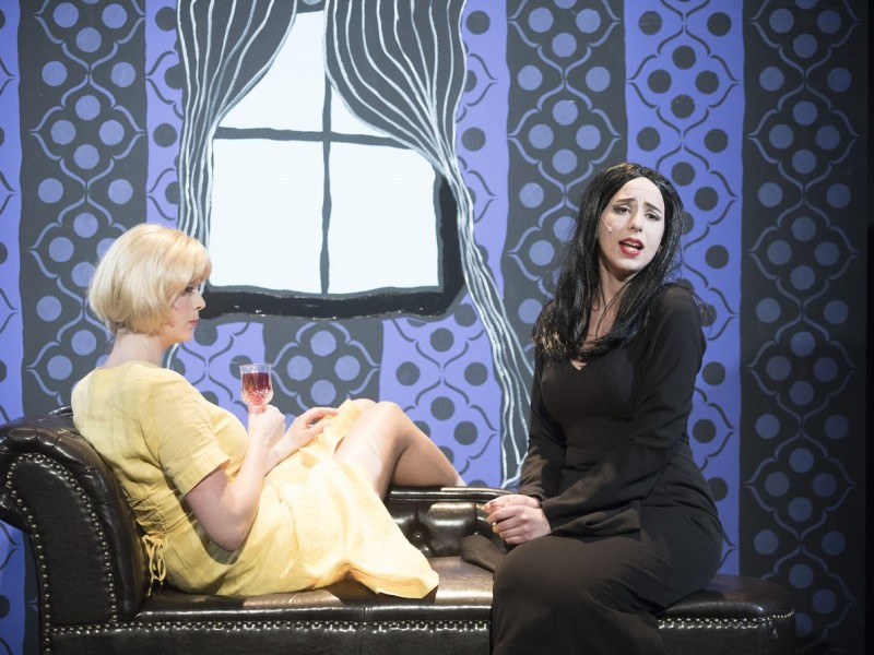 l-r: Kyra Renftel (Alice), Hannah Keymling (Morticia)  in 'The Addams Family' (Lüneburg)  © t&w / Andreas Tamme