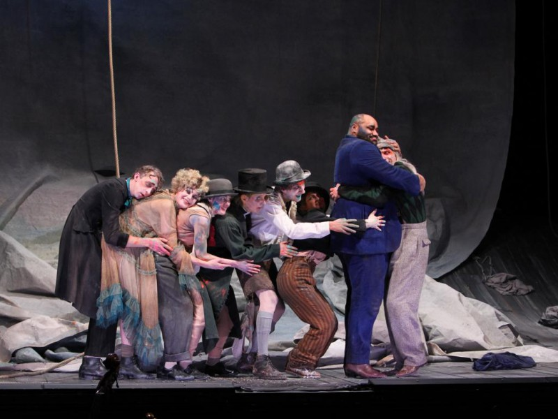 Emil Borgeest (Smith), Annemaaike Bakker (Polly Peachum), Lisa Guth (Moritatensängerin), Irene Kleinschmidt (Jenny), Alexander Angeletta (Filch), Mirjam Rast (Lucy), Simon Zigah (Mackie Messer), Martin Baum (Tiger Brown)   in 'Die Dreigroschenoper' (Bremen)  © Jörg Landsberg