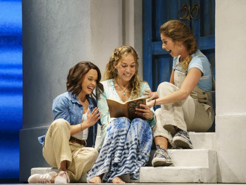 Michelle Catherine Härle (Lisa), Katharina Gorgi (Sophie), Livia Wrede (Ali)  in 'Mamma Mia (2019-2020)' (Berlin)  © Stage Entertainment/Morris Mac Matzen