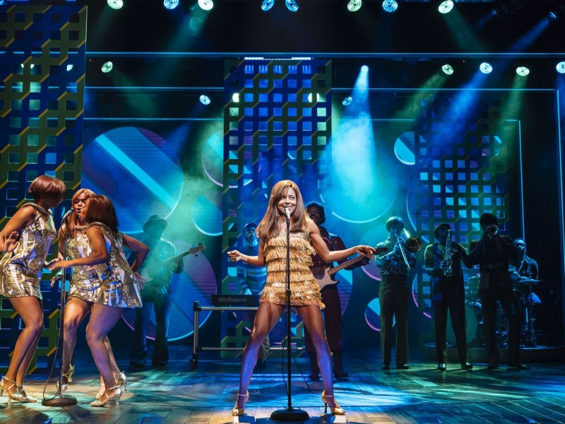 Mitte: Adrienne Warren (Tina Turner)  in 'Tina - The Musical' (London)  © Manuel Harlan