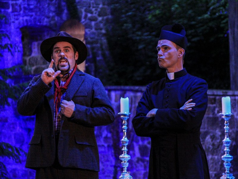 Patrick Stanke (Peppone), Thomas Borchert (Don Camillo)  in 'Don Camillo & Peppone' (Tecklenburg)  © Heiner Schaeffer