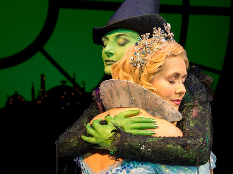 Willemijn Verkaik (Elphaba), Savannah  Stevenson (Glinda)  in 'Wicked' (Zürich)  © Matt Crockett