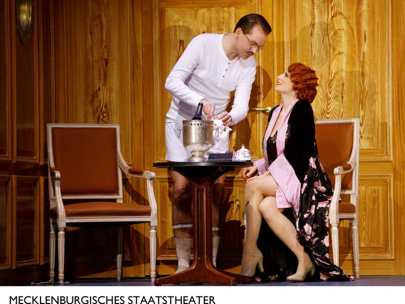 Sebastian Kroggel (Lord Evelyn Oakleigh ), Marysol Ximénez-Carrillo (Reno Sweeney)  in 'Anything Goes' (Schwerin)  © Silke Winkler
