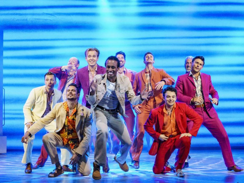 Benet Monteiro (Sky), Ensemble  in 'Mamma Mia (2019-2020)' (Berlin)  © Stage Entertainment/Morris Mac Matzen