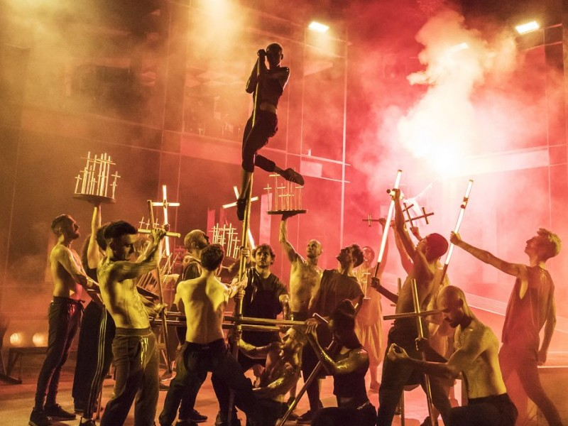 Volk im Tempel (Ensemble)  in 'Jesus Christ Superstar' (London)  © Johan Persson