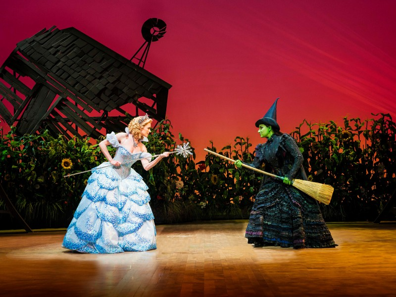 l-r: Carly Anderson (Glinda), Jacqueline  Hughes (Elphaba)  in 'Wicked' (Zürich)  © Matt Crockett