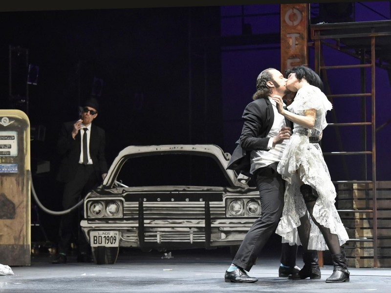 Jakob Tögel (Elwood Blues), Henning Bäcker (Jake Blues), Julia Friede (Carrie)  in 'Blues Brothers' (Bremerhaven)  © Manja Herrmann