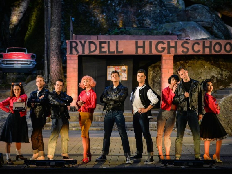 Melanie Dull (Jan), Christopher Dederichs (Doodie), Jan Rogler (Roger), Anstasia Troska (Frenchi), Lucas Baier (Danny), Adrian Burri (Sonny), Fides Groot Landeweer (Rizzo), Nico Schweers (Kenickie), Yuri Yoshimura (Marty)  in 'Grease' (Wunsiedel)  © Florian Miedl