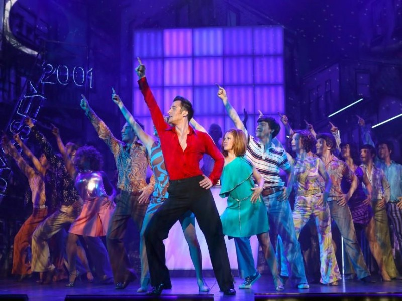 Gernot Romic (Mitte) und Ensemble  in 'Saturday Night Fever' (Amstetten)  © Mag. Gerhard Sengstschmid