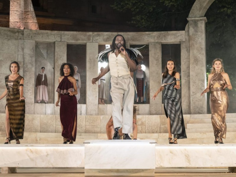 Alma Naidu (Soul-Girl), Naomi Simmonds (Soul-Girl), David-Michael Johnson (Judas Ischariot), Sarah K. Martlmüller (Soul-Girl), Melissa Florence Jung (Soul-Girl)  in 'Jesus Christ Superstar' (Augsburg)  © Jan-Pieter Fuhr