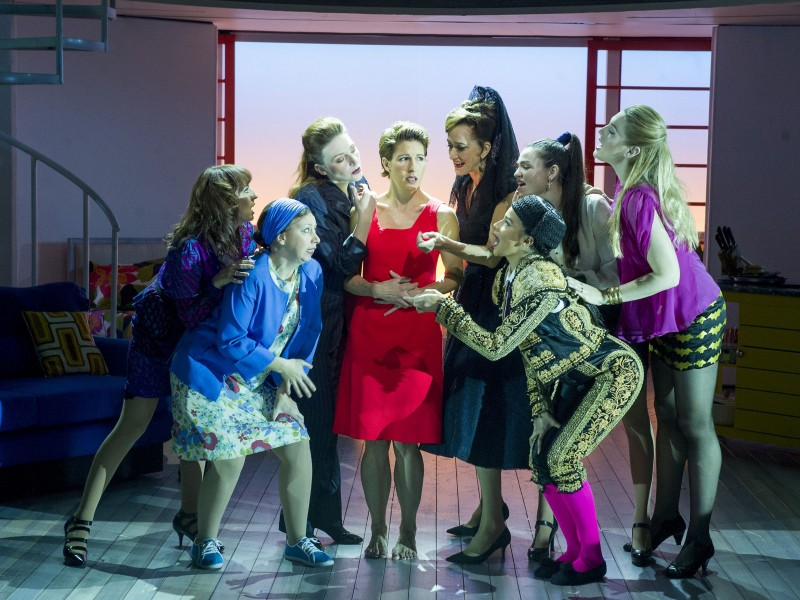 Tamsin Greig (Pepa Marcos, Mitte), Ensemble  in 'Women on the Verge of a Nervous Breakdown' (London)  © Alastair Muir