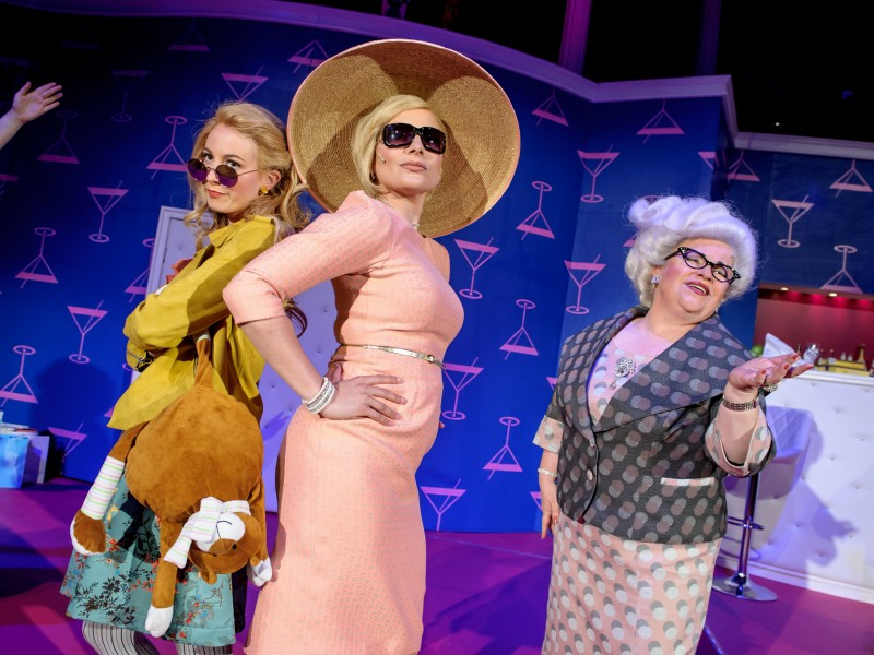 Dinah Lord (Tara-Daphne Bethke), Tracy Lord (Lisa Voß), Margaret Lord (Renate Pick)  in 'High Society' (Neubrandenburg)  © Jörg Metzner